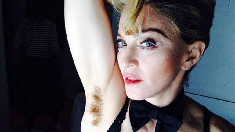Madonna aparece cubierta con un bolso de Louis Vuitton.
