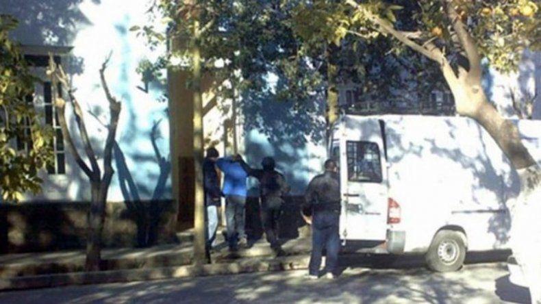 El traslado del violador tras su detención en Catamarca.