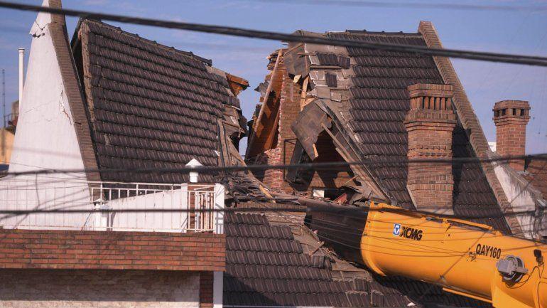 Una grúa se volteó y destrozó el techo de un chalet en el que instalaba una pileta de natación