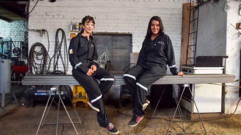 Sofía Alonso es diseñadora gráfica y Rocío Silka es arquitecta. Empezaron con la herrería como un juego y hoy se convirtió en un medio de vida. Sueñan con tener un taller propio.