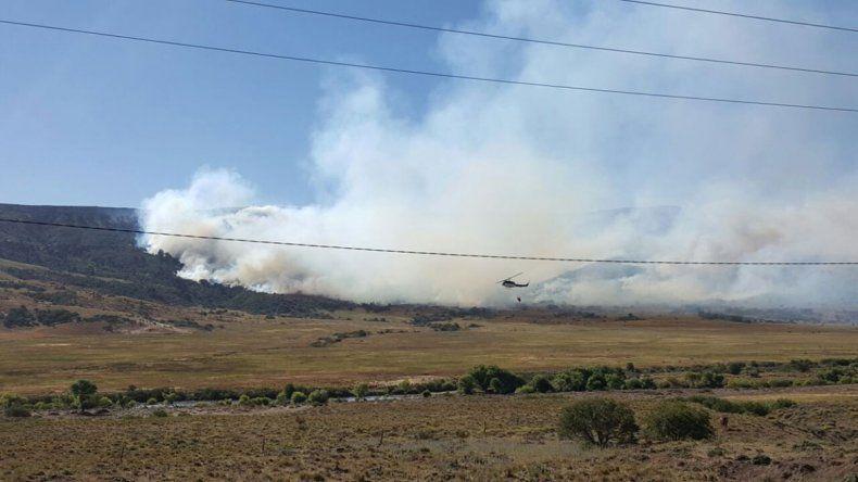 Las tormentas eléctricas del jueves iniciaron el fuego en un paraje ubicado a 40 kilómetros de Aluminé.