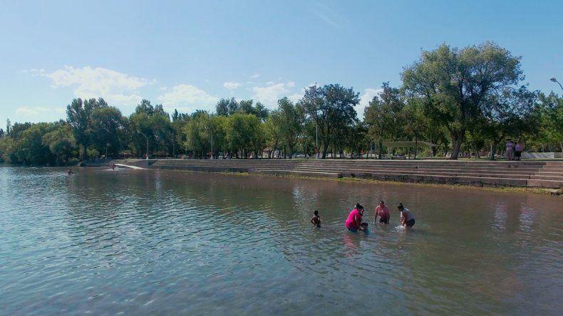 En las aguas que bañan el balneario hay poca gente. Afortunadamente las instalaciones están impecables y sí son utilizadas por muchos visitantes.