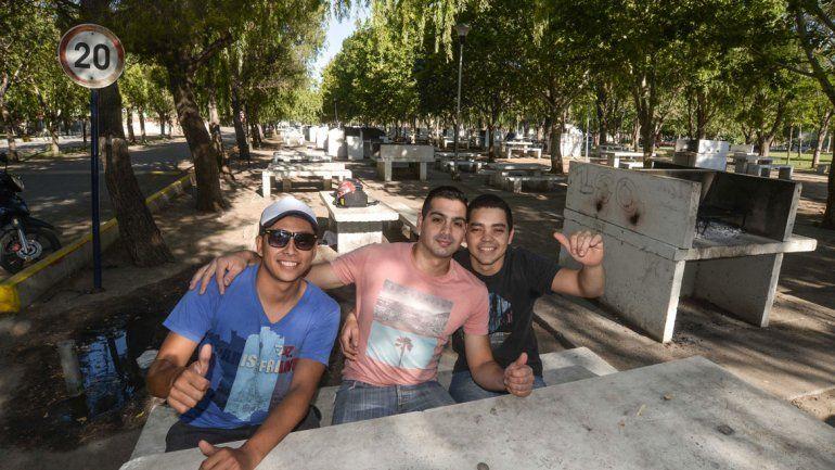 Tres jóvenes saludan en la zona de parrillas
