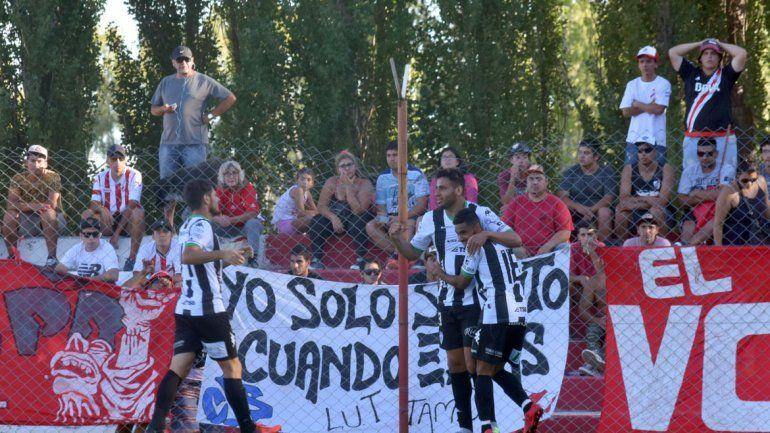 Jorge Piñero da Silva fue el gran héroe de la tarde. Aquí festeja uno de sus tantos junto a Carrera (anotó el quinto) y Morales.