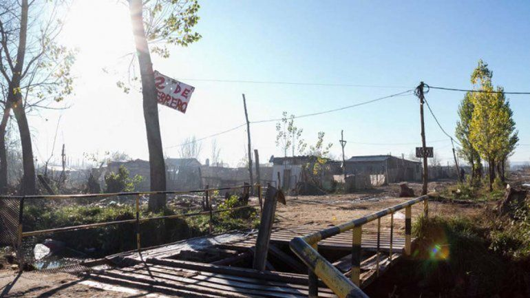 ¿Murió ahogado?: encontraron muerto en una acequia a un joven de barrio Anai Mapu