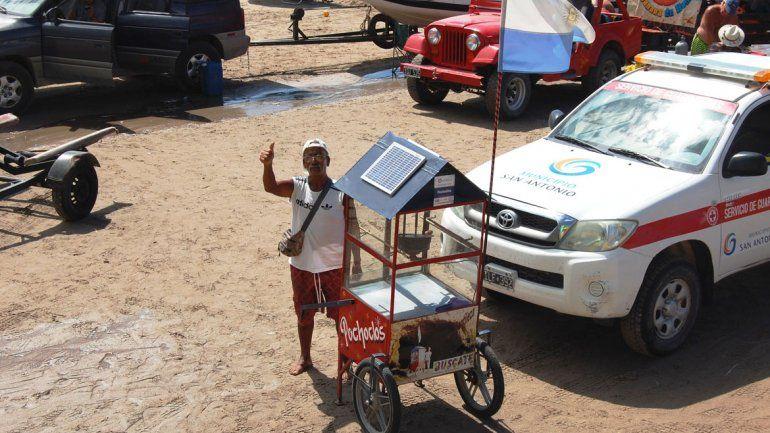 Los que compran por primera vez se asombran de los panales solares de José Rojas y su pochoclera.