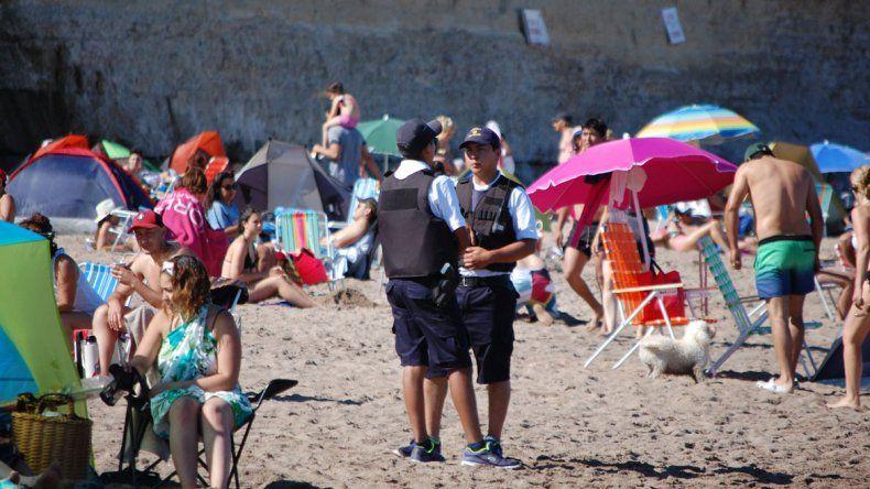 Los efectivos patrullan las playas y la zona céntrica de Las Grutas.