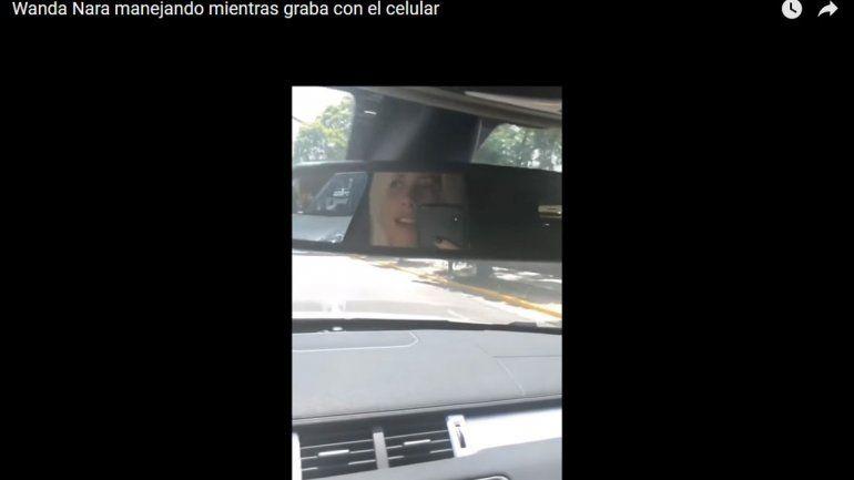 Mientras conducía con una mano, Wanda se filmó cantando y mirándose por el espejo retrovisor.