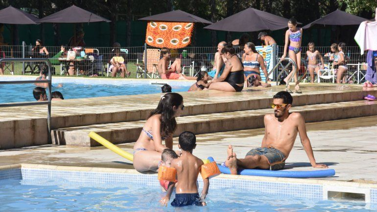 Al agua: sacarse el calor en la pileta de un club cuesta unos $200.