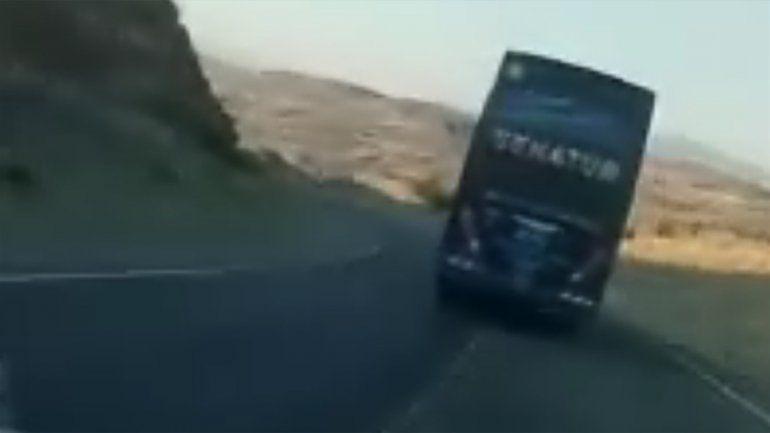 Un video alerta sobre el manejo imprudente de los colectiveros en la bajada de Collón Curá
