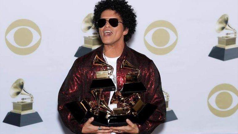 Bruno Mars arrasó en los Grammys y se llevó seis premios