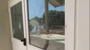 Destrozaron todos los vidrios del gimnasio del Cpem 44