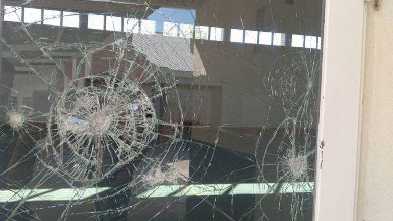 Así quedó un ventanal de la escuela del Parque Industrial.