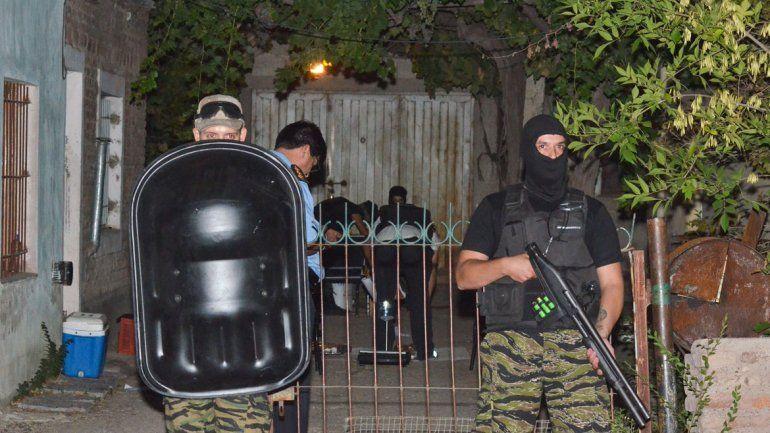 Un importante despliegue policial se observó ayer en el barrio Pichi Nahuel de Cipolletti.