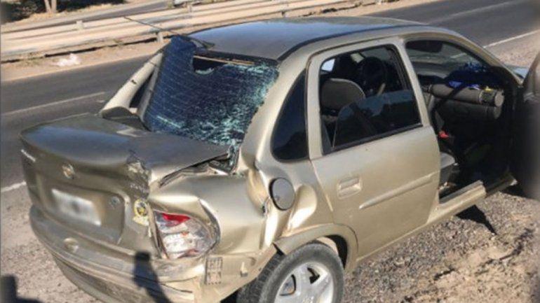 El Chevrolet Corsa de la familia estafada por los gitanos que chocó cuando iban camino a radicar la denuncia.