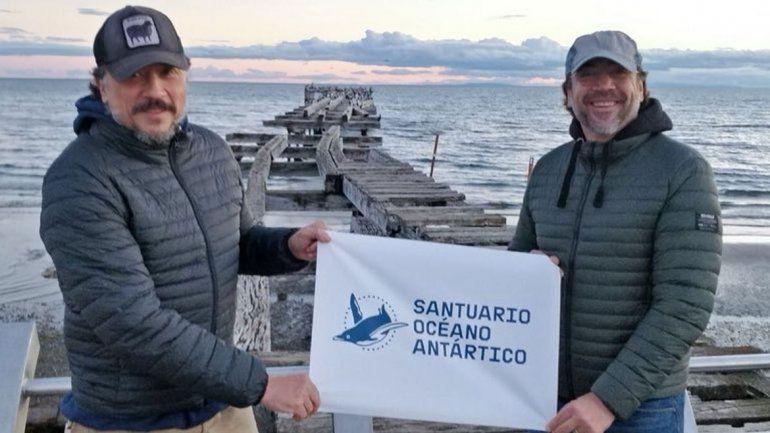 El actor español junto a su hermano en la Antártida.