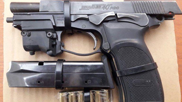 El dinero secuestrado por la Policía y la pistola Bersa calibre 40 con municiones que dejó el hombre en la huida.