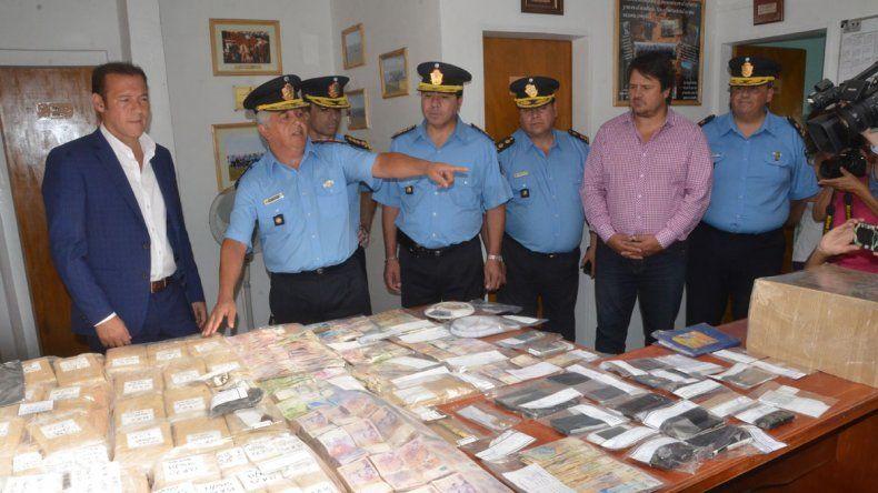 La Policía mostró la droga y el dinero secuestrado en los allanamientos.