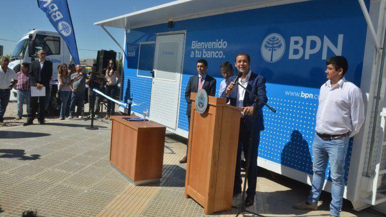 El gobernador Gutiérrez y directivos del BPN presentaron ayer la unidad que recorrerá la provincia.