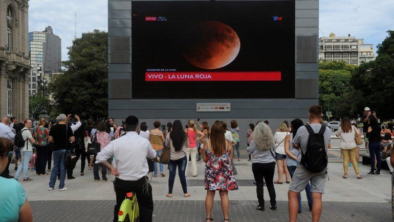 En Buenos Aires, el Gobierno permitió que en la pantalla gigante frente al Teatro Colón se emitiera la transmisión del eclipse. Asia, Oceanía, el este de Rusia y el oeste de EE.UU. lo vieron en directo.