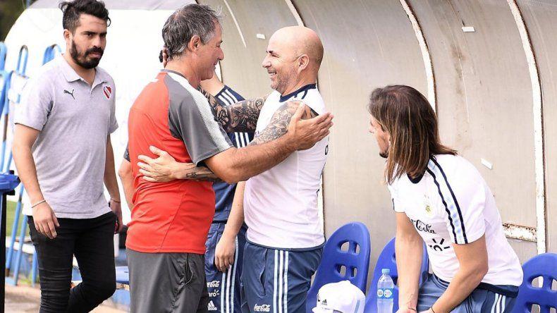Sampa se saluda afectuosamente con el entrenador de Independiente
