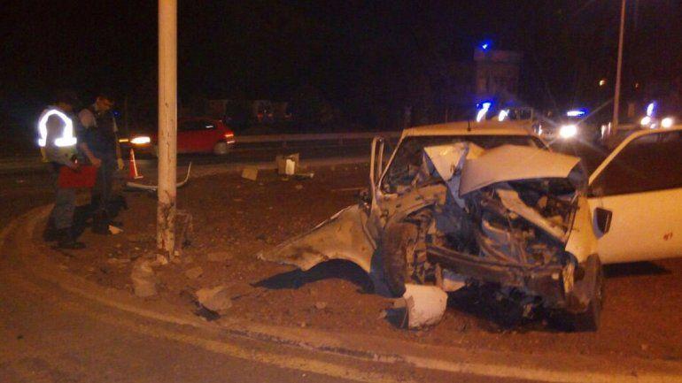 Chocó contra un poste frente a la base del Sien en Centenario: dos heridos