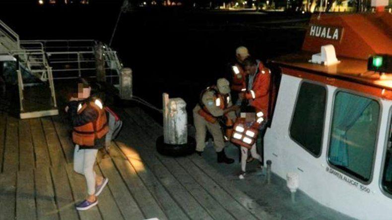 Rescataron a una familia que quedó varada en el lago Lacar