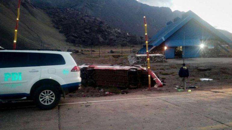 Desbarrancó un micro y murieron tres adolescentes chilenos