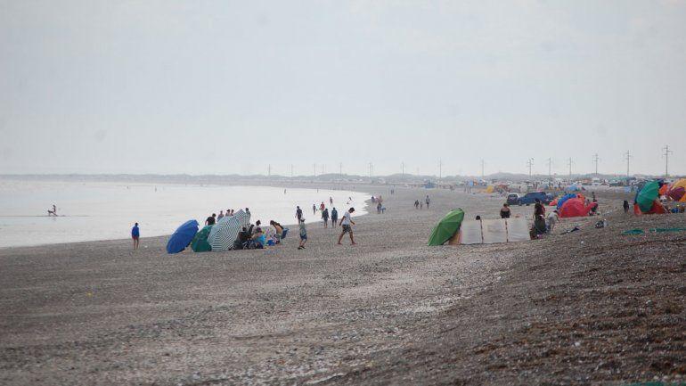 El agua cristalina es uno de los atractivos de esta playa.