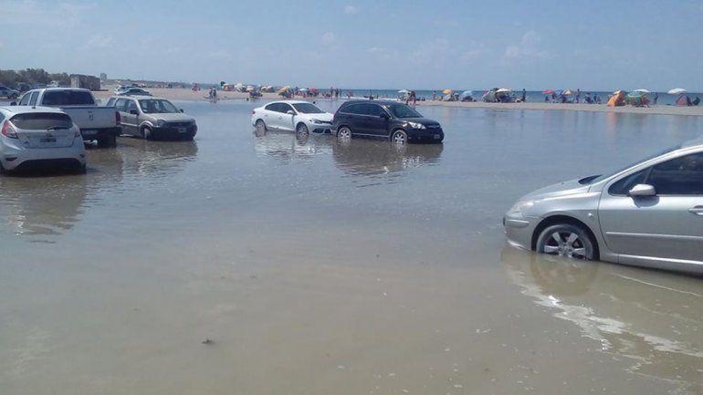 La marea sorprendió a los automovilistas en Piedras Coloradas