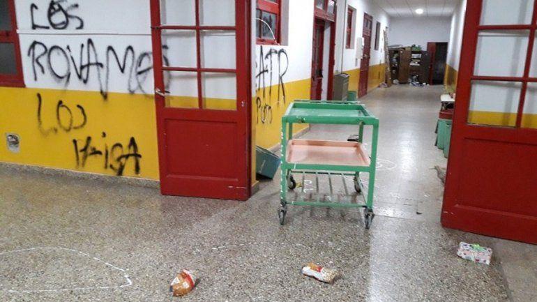 Los destrozos realizados por Los Paisa en la Escuela 109 de Centenario.