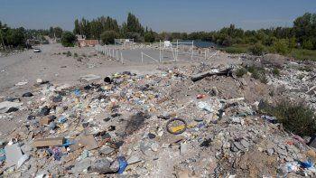 A pesar del cartel que advierte de la prohibición, en Villa Ceferino la basura se acumula en las esquinas. Una montaña de residuos de todo tipo y tamaño en una zona de Confluencia.
