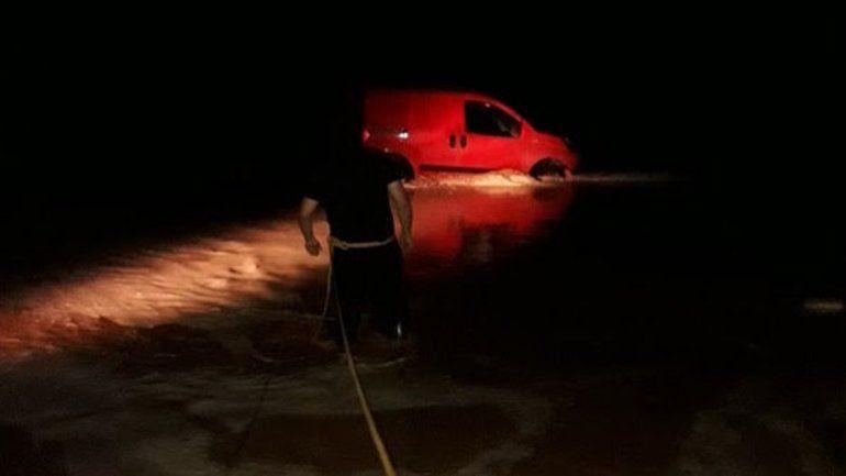 La lluvia trajo complicaciones en la región: autos varados y cortes de tránsito en la Ruta 22