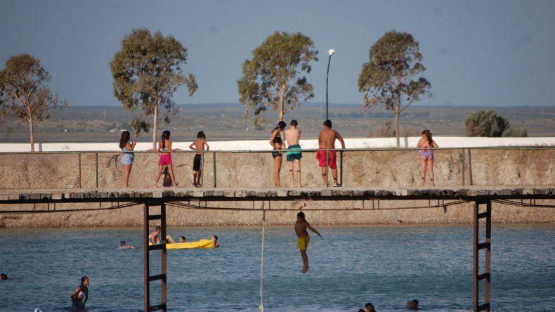 El lago fue construido por el Municipio hace décadas y no deja de sorprender por el uso que le dan los vecinos.