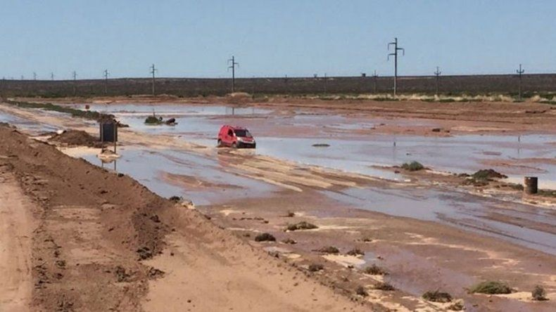 Algunos autos varados en la Ruta 22 en el sector de Challacó.