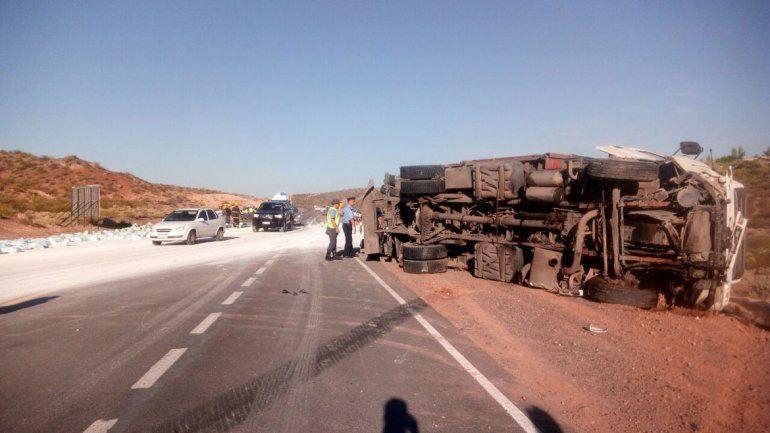 Otro accidente por la falta de los rulos: volcó un camión con 28 toneladas de harina