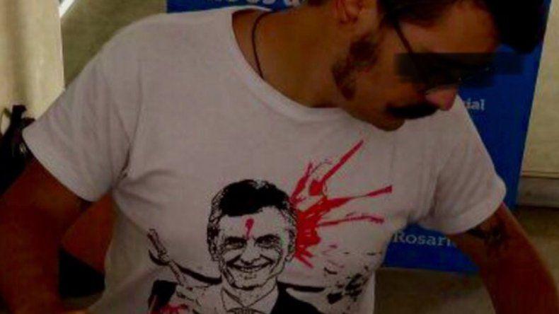 Polémica por empleado municipal que usa remera con Macri baleado