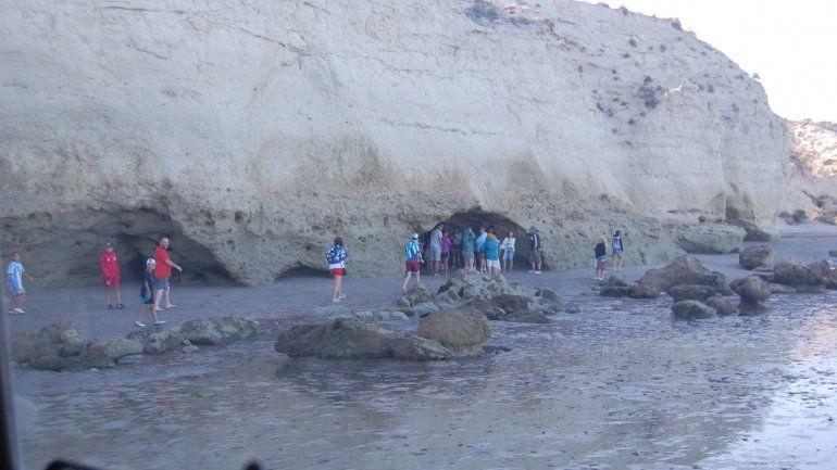 A 10 kilómetros al sur de Las Grutas se levanta el acantilado El Sótano.