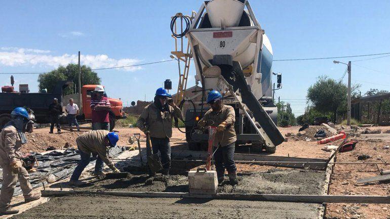 Los obreros trabajan a brazo partido para terminar una etapa del Metrobús. Incluso en los días más calurosos.