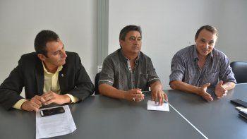 Celedino Soto junto a sus abogados Nahuel Urra y Gustavo Lucero.