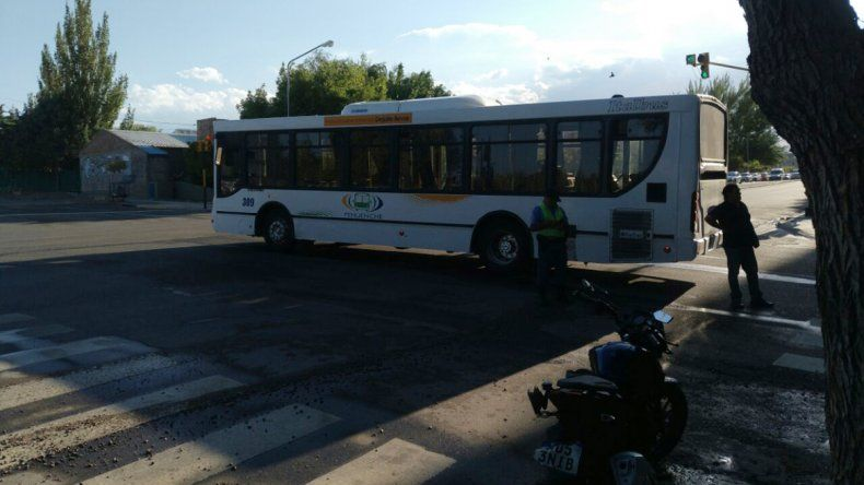 Caos de tránsito en el centro neuquino por un choque
