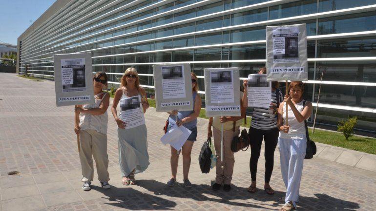 La agrupación La Revuelta se manifestó en la Ciudad Judicial por el caso.