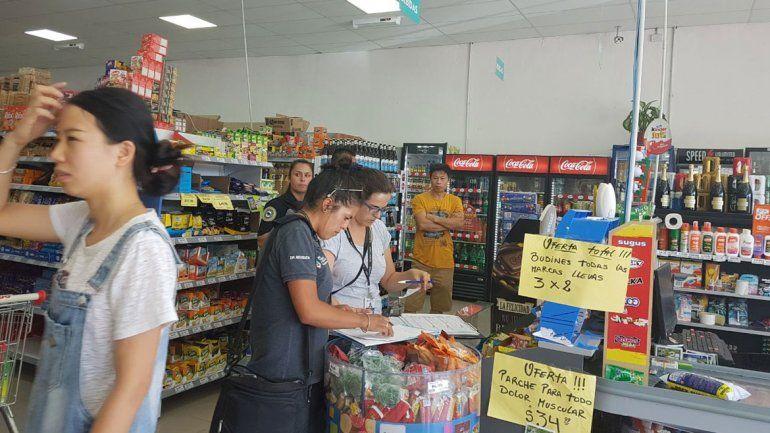 Personal judicial durante el allanamiento al supermercado chino.