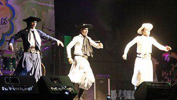 bailarines de folklore se rebelan contra la fiesta de los jardines
