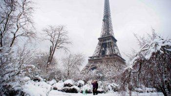 Caos en Paris por la intensa nevada: no nevaba así en 30 años