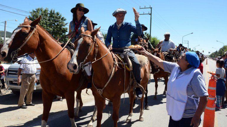 El gobernador Omar Gutiérrez encabezó el tradicional desfile.