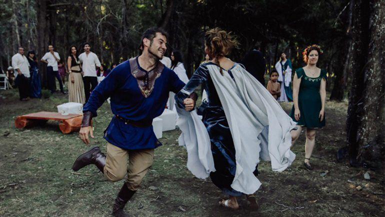 <p></p>La ceremonia arrancó con un gaitero y la novia entró con un violinista que tocó una versión de la canción de <i>Corazón valiente</i>, la épica película escocesa.<p></p>