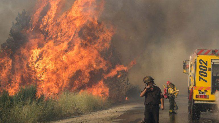 Bomberos en pleno combate de las llamas en el barrio Covisal.
