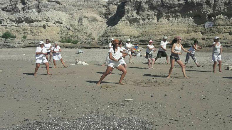 Un grupo de aficionados entre la Bajada Cero y Los Acantilados realiza ejercicio de taichí por las mañanas.