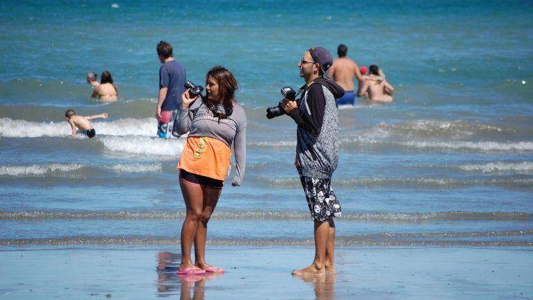 A patear la playa es la consigna de los fotógrafos para tener clientes.